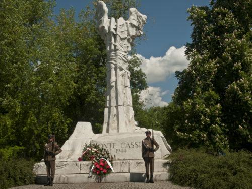 Złożenie wieńca pod Pomnikiem Bohaterów Bitwy o Monte Cassino